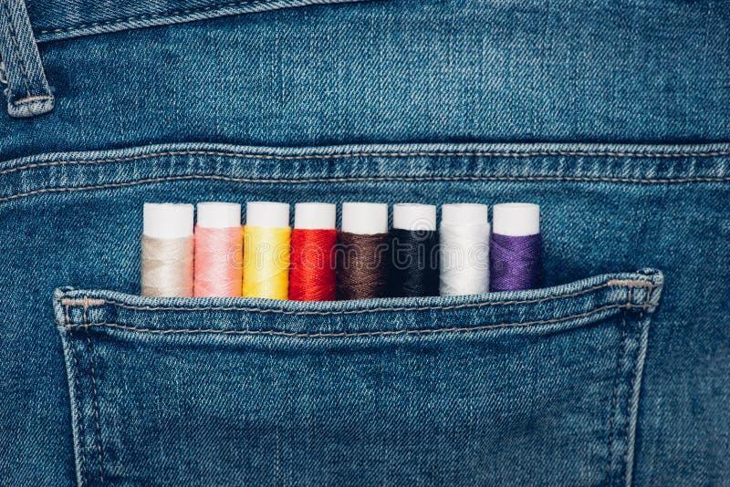 Bakgrundsjeansfack med hjälpmedel för modeformgivare arkivfoto