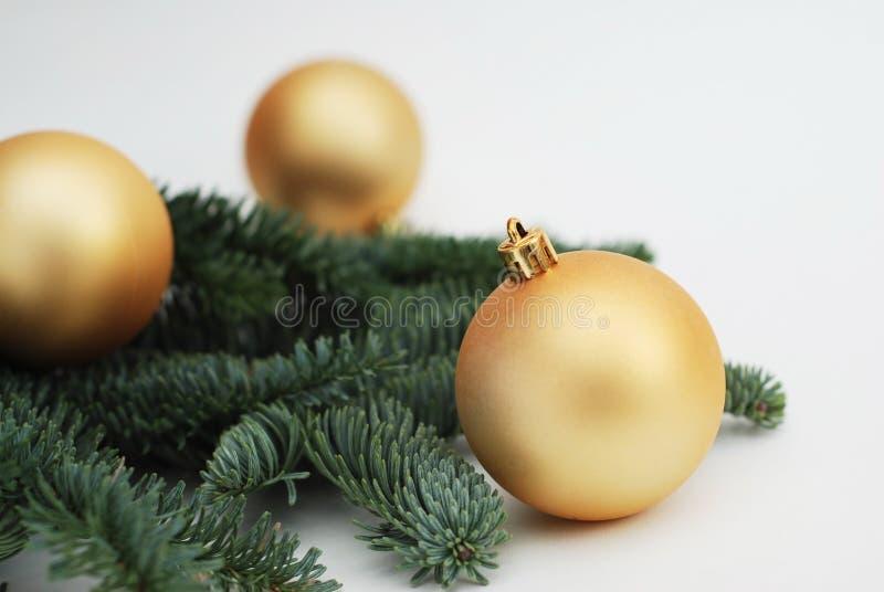 bakgrundsjulen kopierar avstånd Guld- Cristmas trädjordklot eller bollar med gran förgrena sig Isoalted Festligt hälsningkort royaltyfria bilder