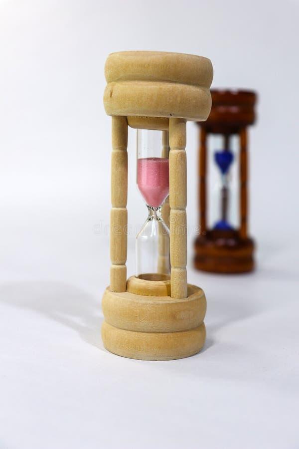 bakgrundsklockan som omfamnar den gråa timglasmannen, målade gravida sandmagekvinnor Vi är alla slavar av tid Detta kan vara bra, royaltyfri bild