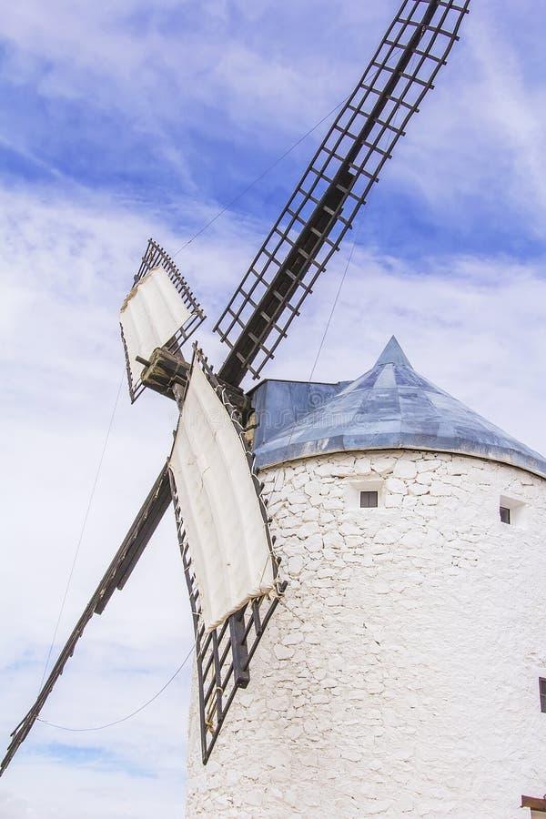 Bakgrundslandskapsikt av den Don Quixote väderkvarnen i Consuegra, Toledo arkivbild