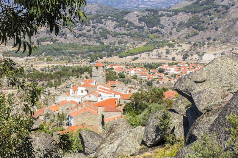 Bakgrundslandskapsikt av den Monsanto byn, Portugal arkivbilder