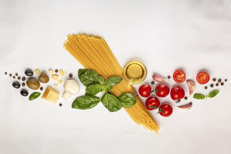 bakgrundsmaterielet som lagar mat pasta, träbakgrund, äggula, stilleben, lagerför fotoet, olivolja, pastatomat, royaltyfria bilder
