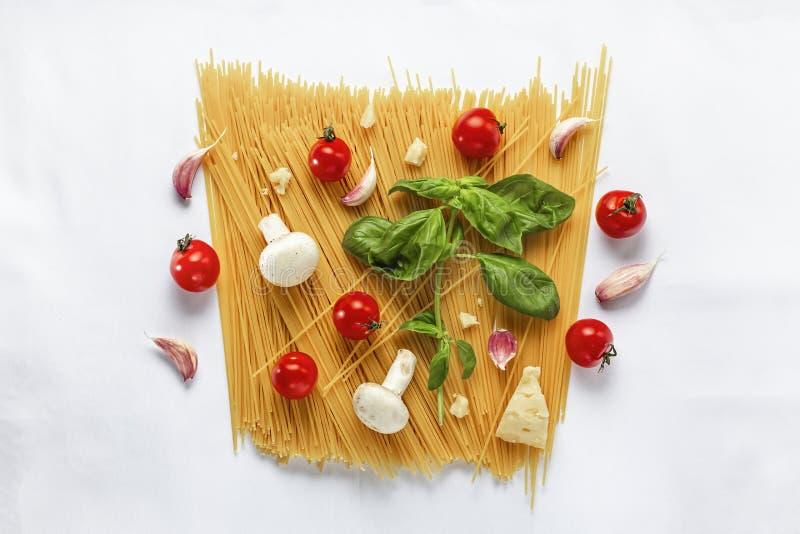 bakgrundsmaterielet som lagar mat pasta, träbakgrund, äggula, stilleben, lagerför fotoet, olivolja, pastatomat, royaltyfri bild
