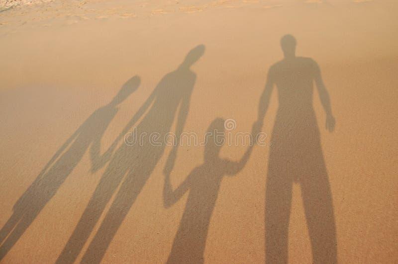 bakgrundsstrandfamilj arkivbilder