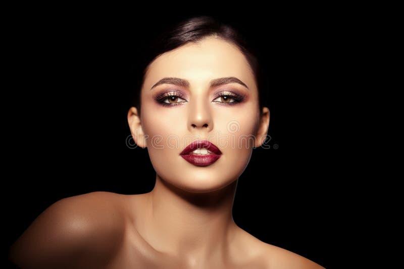 bakgrundssvart kvinna Härlig ljus modemodell _ fotografering för bildbyråer