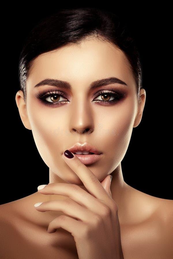 bakgrundssvart kvinna Härlig ljus modemodell _ royaltyfri foto