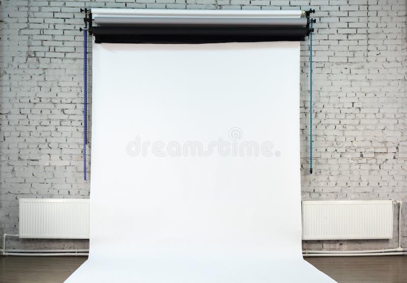 bakgrundstegelsten inom studioväggwhite fotografering för bildbyråer
