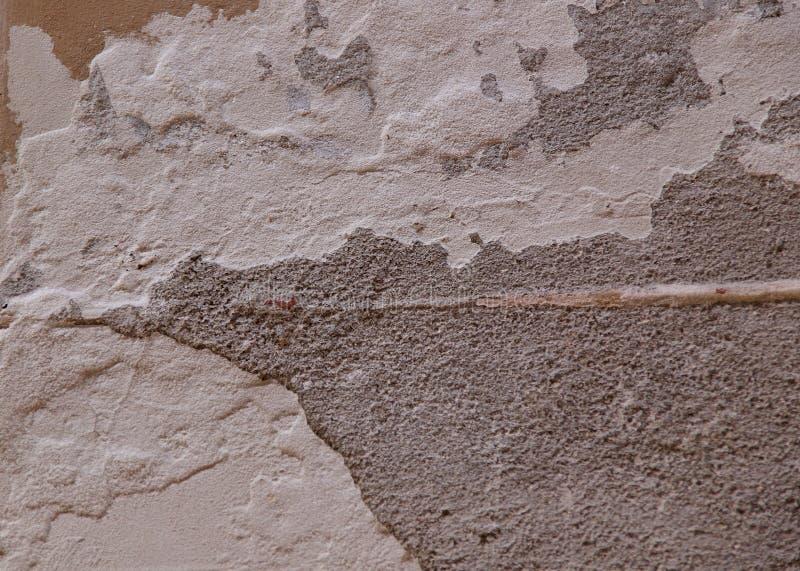 Bakgrundstextur av den gamla väggyttersidan med skalning av murbruk royaltyfri bild
