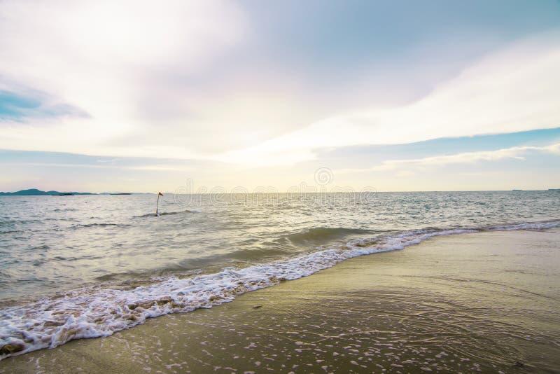 Bakgrundstextur av det blåa havet och brun sand royaltyfri fotografi