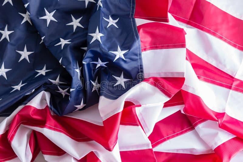 Bakgrundstextur av en skrynklig amerikanska flaggan royaltyfria bilder