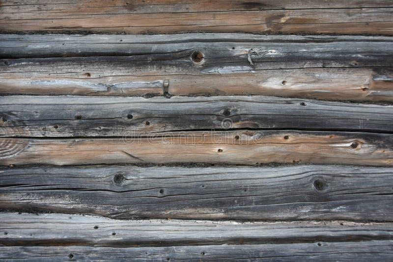 Bakgrundstextur av en vägg av gamla träjournaler och bräden royaltyfria foton