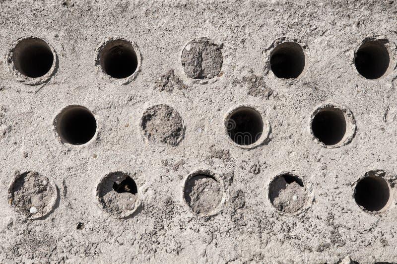 Bakgrundstextur av grå betong med hål fotografering för bildbyråer