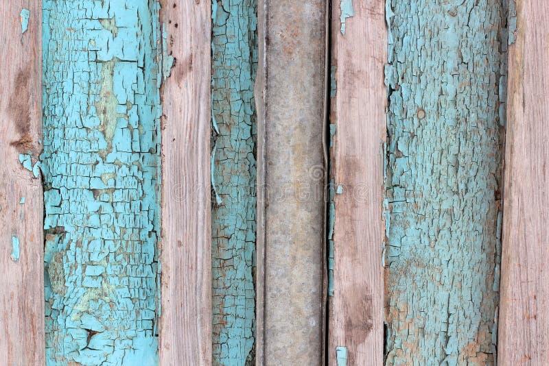 Bakgrundstexturmodellen av red ut träplankor med grungy kvarlevor av blått målar att bilda sidingen av en yttre buildin fotografering för bildbyråer