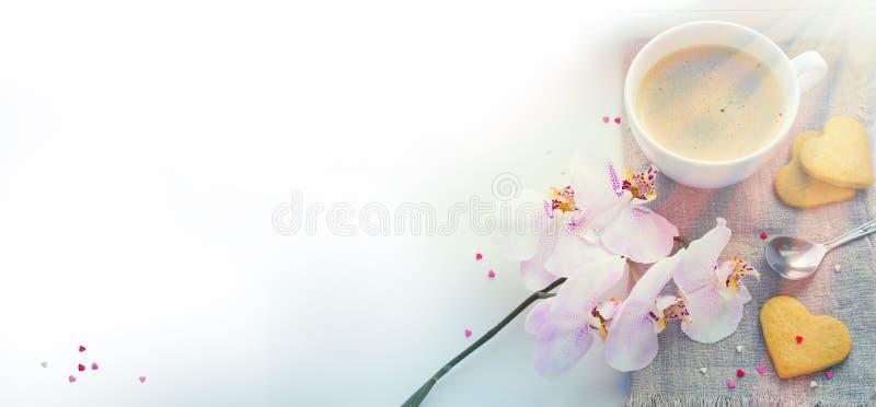 Bakgrundsvalentin dag med den rosa orkidén, kaffe, kakor, honom arkivbild
