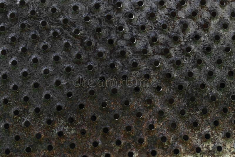 Bakgrundsyttersida av gammalt som bränns och Rusty Metal Plate med hål arkivfoto