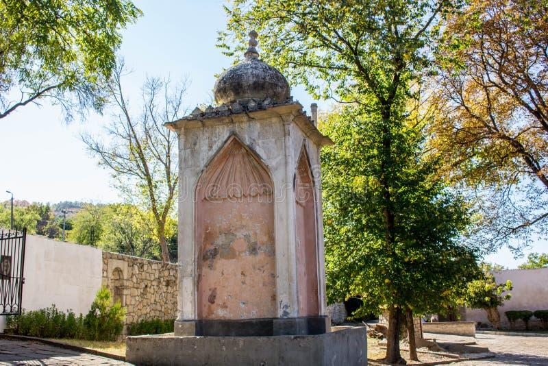 BAKHCHYSARAY, CRIMÉE - SEPTEMBRE 2014 : Fontaine en l'honneur de l'arrivée d'Alexandre I dans Bakhchisaray photographie stock libre de droits