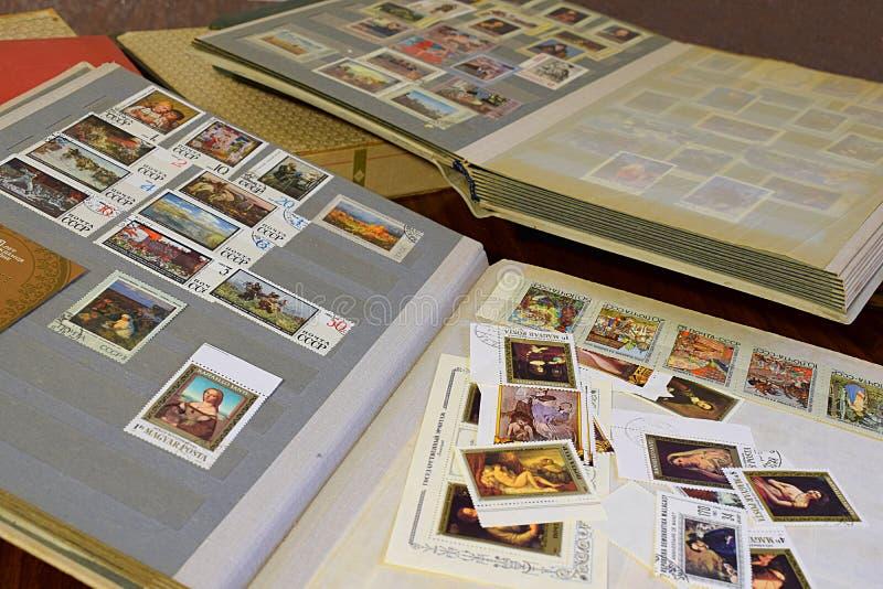 Bakhmut, Ukraina, styczeń, 2020 Albumy z znaczkami pocztowymi na stole zdjęcie stock