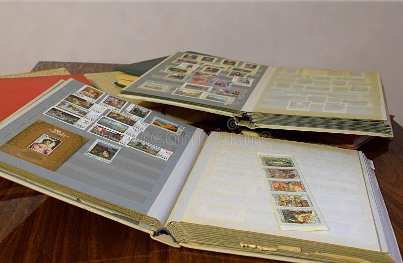 Bakhmut, Ukraina, styczeń, 2020 Albumy z znaczkami pocztowymi na stole fotografia stock
