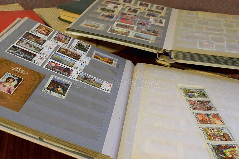 Bakhmut, Ukraina, styczeń, 2020 Albumy z znaczkami pocztowymi na stole obraz stock