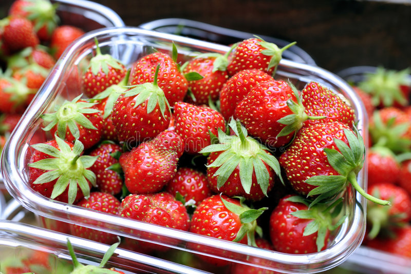 Bakje van organische aardbeien stock fotografie