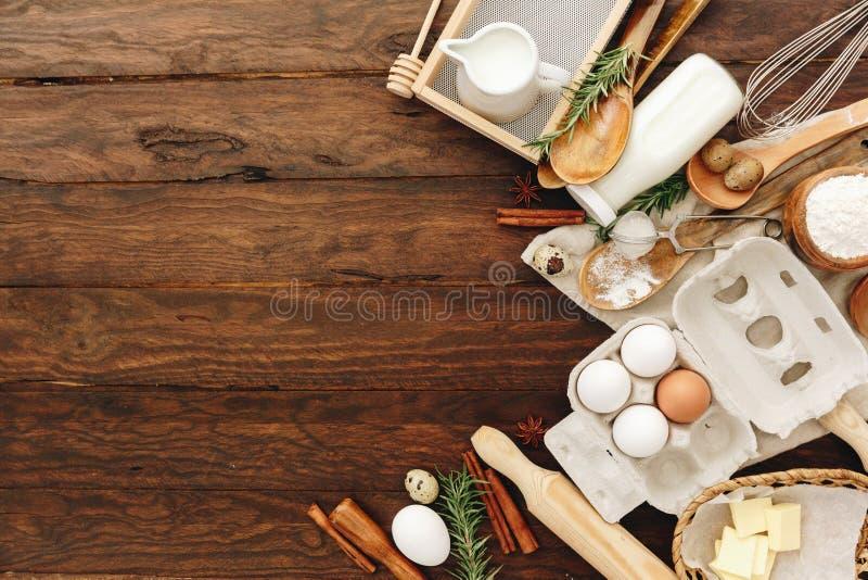 Bakkende of kokende achtergrond Ingrediënten, keukenpunten voor bakselcakes stock afbeeldingen