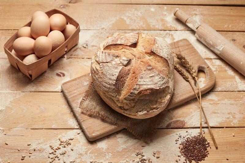 Bakkerij gouden rustieke knapperige broden van brood en op houten achtergrond Het stilleven van bovengenoemde hoogste mening, vla stock fotografie