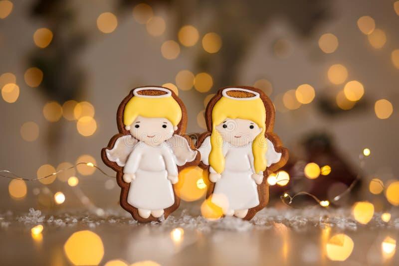 Bakkerij van het vakantie de traditionele voedsel Peperkoekpaar van klein leuk engelenjongen en meisje in comfortabele warme deco royalty-vrije stock foto