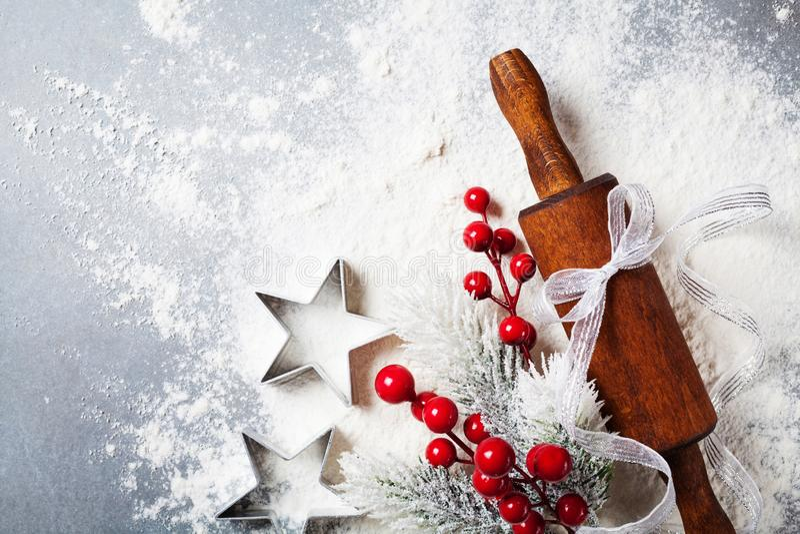 Bakkerijachtergrond voor het koken Kerstmisbaksel met deegrol en verspreide die bloem met sparren hoogste mening wordt verfraaid royalty-vrije stock fotografie