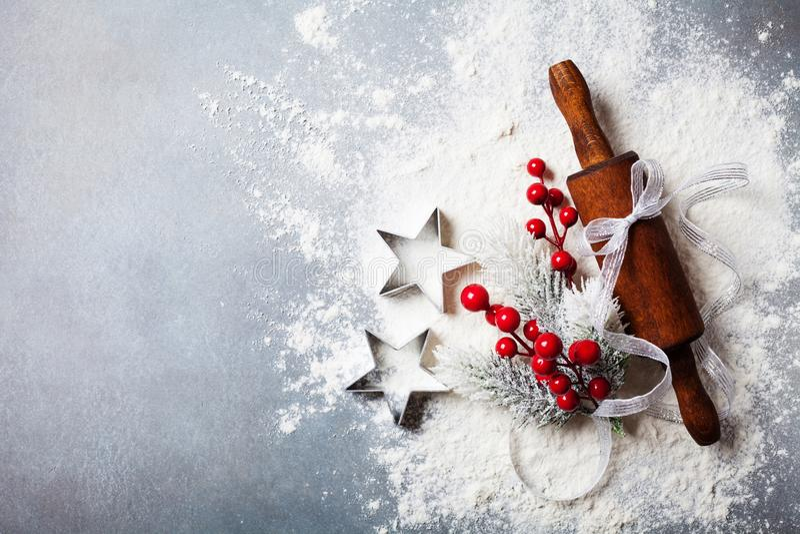 Bakkerijachtergrond voor het koken Kerstmisbaksel met deegrol en verspreide die bloem met sparren hoogste mening wordt verfraaid stock afbeelding