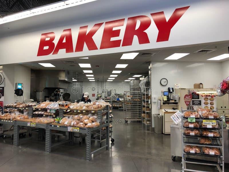 Bakkerijafdeling in een supermarktopslag royalty-vrije stock afbeelding