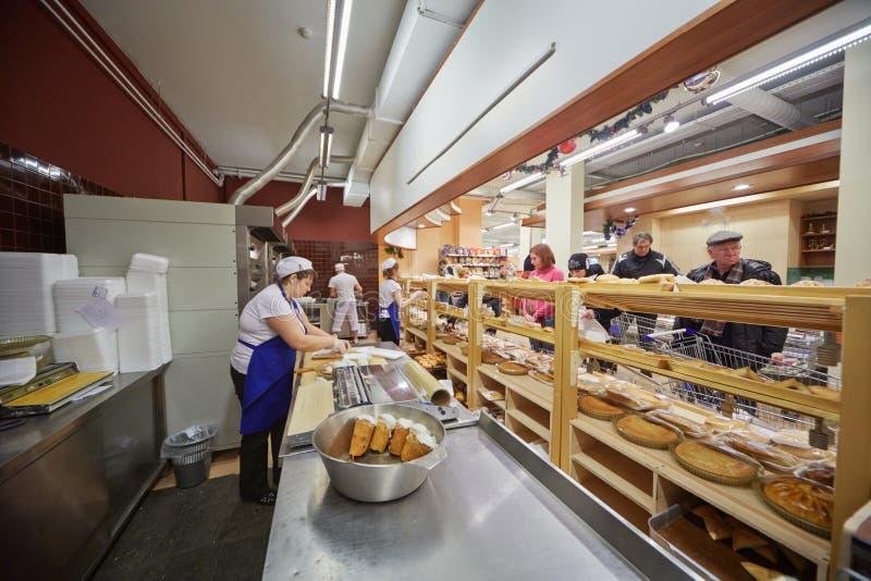 Bakkerijafdeling in supermarkt van huisvoedsel stock foto