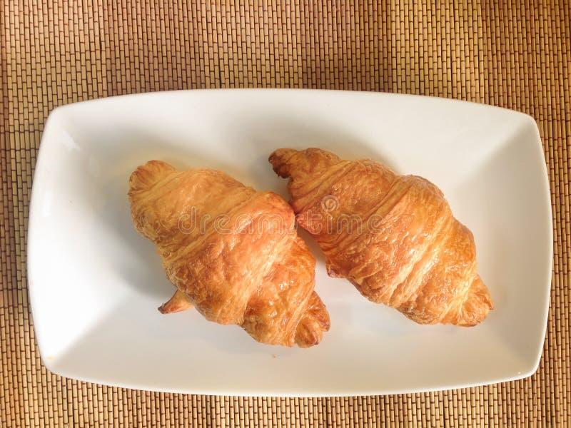 Bakkerijbrood van Vers croissant op een Houten Lijst royalty-vrije stock foto