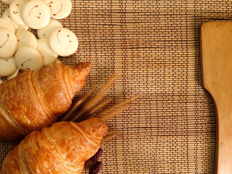 Bakkerijbrood van Vers croissant op een Houten Lijst stock afbeelding