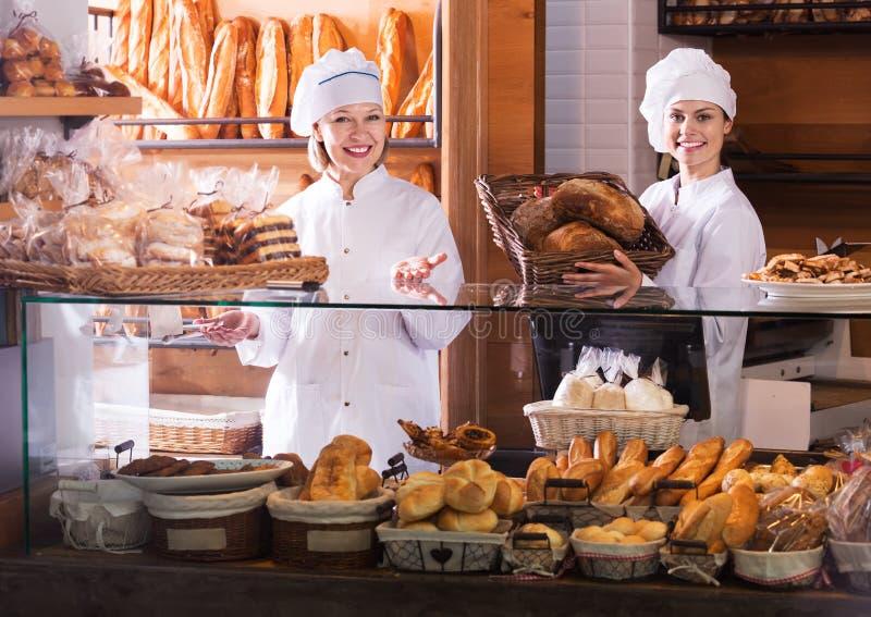 Bakkerijpersoneel die brood aanbieden