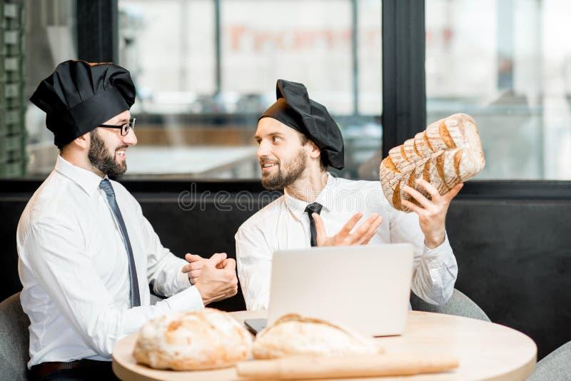 Bakkers die met brood in het bureau werken royalty-vrije stock foto