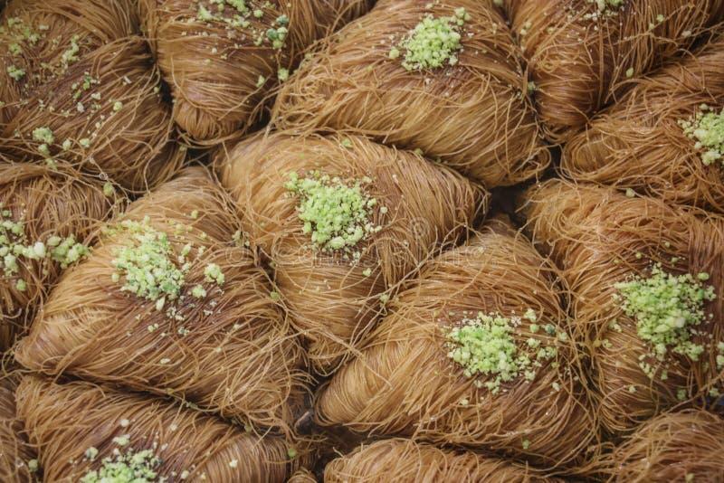 Baklava árabe tradicional da sobremesa com mel e pistaches imagens de stock