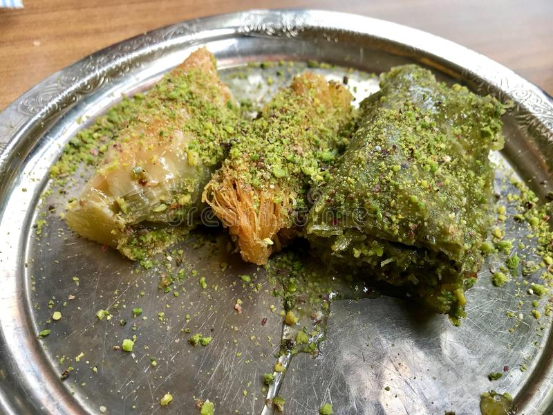 Baklava arabe traditionnelle de dessert avec la poudre de pistache dans le plat argent? photo stock