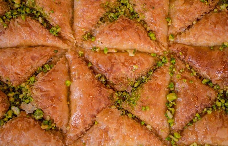 baklava con las nueces de la miel y de pistacho imagen de archivo