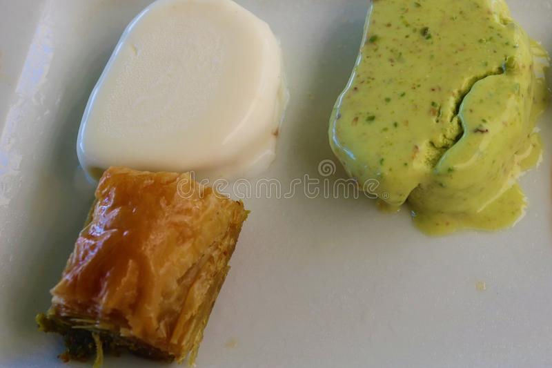 Baklava da sobremesa e gelado turcos com baunilha, pistache imagem de stock royalty free