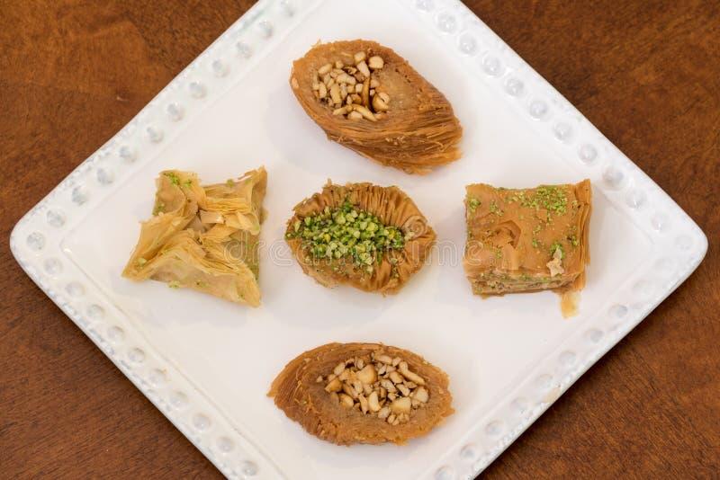 Baklava delicioso coberto com o pistache e as amêndoas imagem de stock