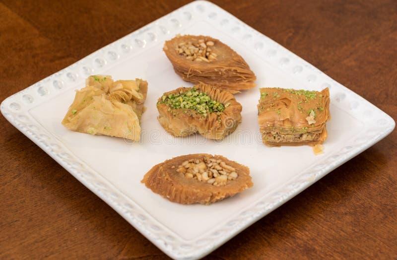 Baklava delicioso coberto com o pistache e as amêndoas fotografia de stock