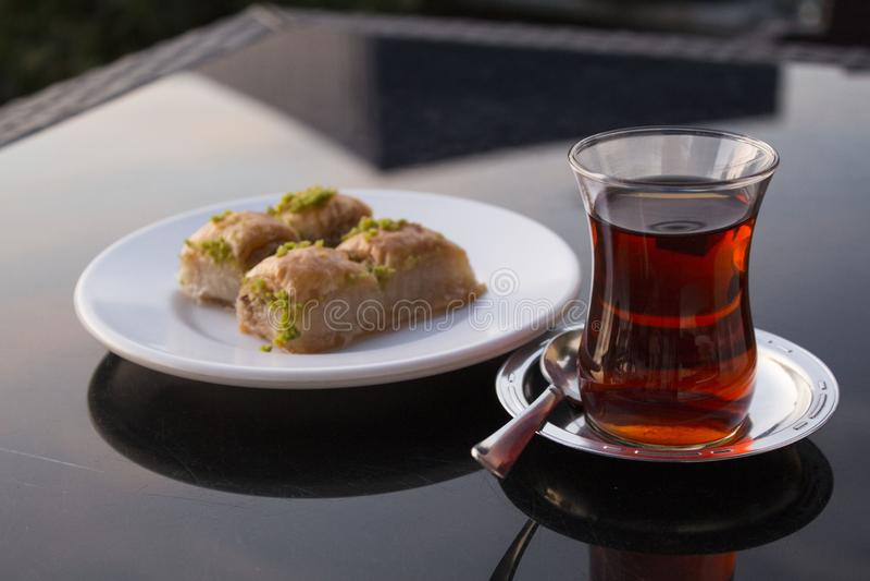 Baklava deser wschodni kraje z turecką herbatą obrazy stock