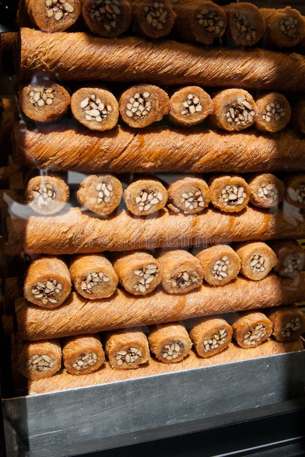 Baklava, dolci turchi, in una finestra del negozio a Costantinopoli, la Turchia fotografie stock