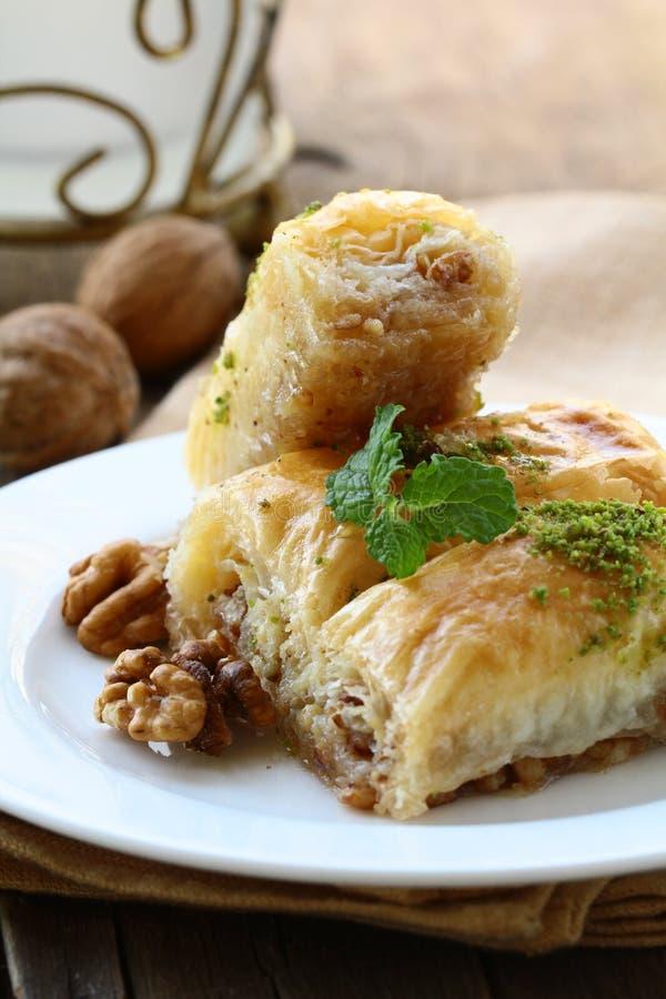 Baklava mit Honig und Muttern stockfotografie