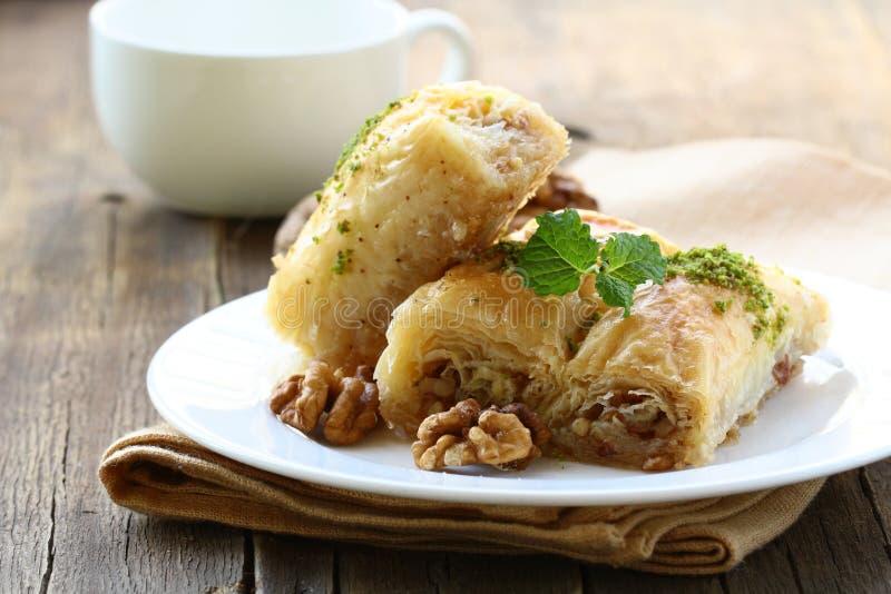 Baklava mit Honig und Muttern stockfotos