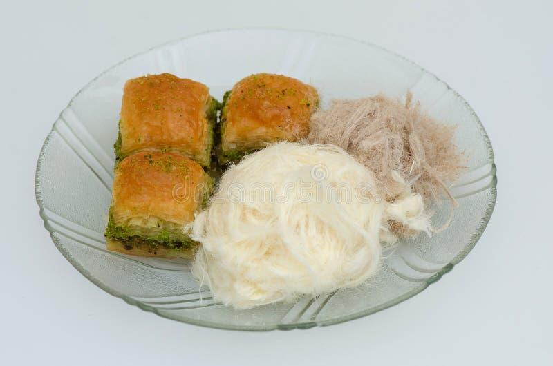 Baklava mit Pistazie, pismaniye auf einem weißen Hintergrund lizenzfreie stockbilder