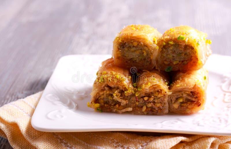 Baklava mit Pistazien und Honig auf Platte stockfoto