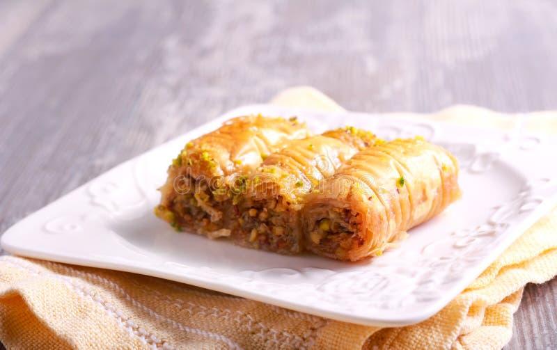 Baklava mit Pistazien und Honig auf Platte stockfotos