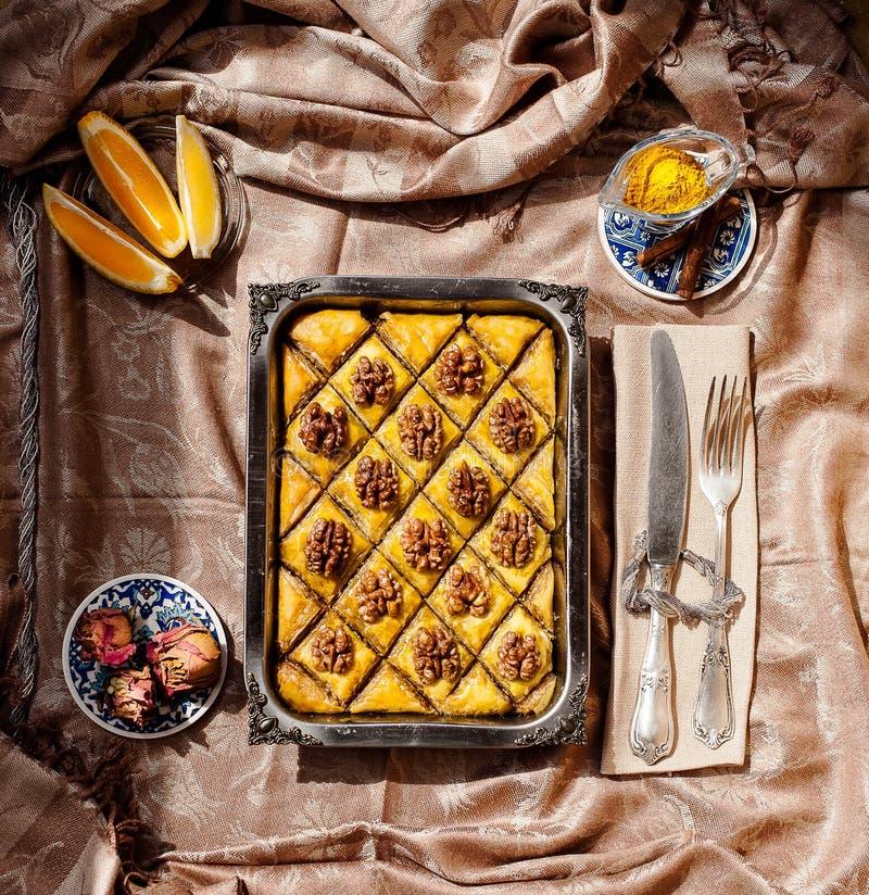 Baklava mit Walnüssen lizenzfreie stockbilder