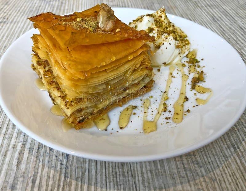 Baklava muito bom, sobremesa turca tradicional com mel e pi foto de stock